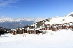De winterlandschap in de skitoevlucht van La Plagne, Frankrijk Stock Afbeeldingen