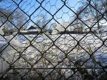 De winterlandschap door de omheining van het draadnetwerk Royalty-vrije Stock Foto