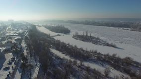 De winterlandschap, ijs op de rivier, luchtmening stock video