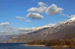 De winterlandschap in Macedonië Ohridmeer en de schilderachtige heuvels van Galichitsa-berg onder de blauwe hemel met witte wolke royalty-vrije stock fotografie