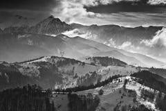De winterlandschap met bergen en wolken Stock Afbeeldingen
