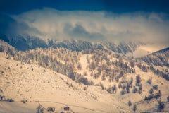 De winterlandschap met bergen in Transsylvanië Stock Fotografie