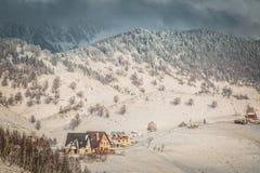 De winterlandschap met bergen in Transsylvanië Stock Afbeeldingen