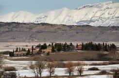 De winterlandschap met bergen van Gran Sasso in backgro Royalty-vrije Stock Afbeelding