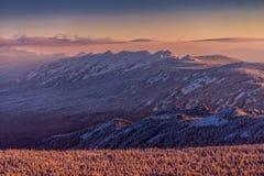 De winterlandschap met bergrand bij zonsopgang royalty-vrije stock foto