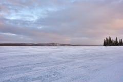 De winterlandschap met bevroren meer Stock Fotografie