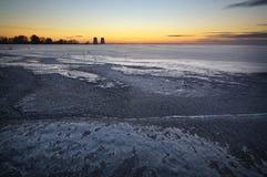 De winterlandschap met bevroren meer Stock Afbeeldingen