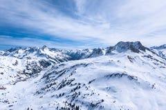 De winterlandschap met blauwe hemel in Oostenrijk door hommel royalty-vrije stock foto's