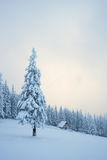 De winterlandschap met blokhuis in de bergen Stock Fotografie