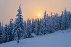De winterlandschap met blokhuis in de bergen Royalty-vrije Stock Afbeeldingen