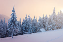 De winterlandschap met blokhuis in de bergen Stock Afbeelding