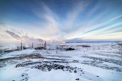 De winterlandschap met de rokende pijpen van de staalwerken royalty-vrije stock foto