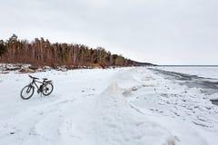 De winterlandschap met een Fiets op de bevroren rivier Ob Rive Stock Afbeelding