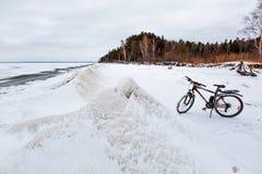 De winterlandschap met een Fiets op de bevroren rivier Ob Rive Stock Afbeeldingen