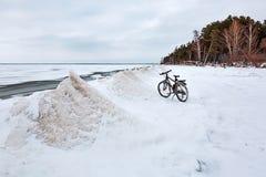 De winterlandschap met een Fiets op de bevroren rivier Ob Rive Stock Foto's