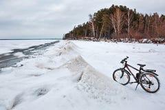 De winterlandschap met een Fiets op de bevroren rivier Ob Rive Royalty-vrije Stock Foto