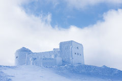 De winterlandschap met het oude waarnemingscentrum in de bergen Royalty-vrije Stock Afbeelding