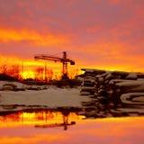 De winterlandschap met houten planken en bouwkraan Royalty-vrije Stock Afbeeldingen