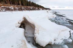 De winterlandschap met ijsheuveltjes op de rivier De Ob-Rivier, S Stock Foto's