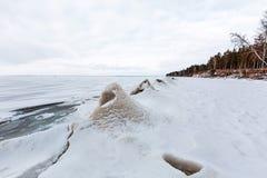 De winterlandschap met ijsheuveltjes op de rivier De Ob-Rivier, S Royalty-vrije Stock Afbeelding