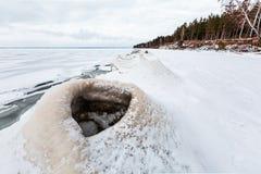 De winterlandschap met ijsheuveltjes op de rivier De Ob-Rivier, S Stock Afbeelding