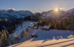 De winterlandschap met landbouwbedrijf, Slovenië Royalty-vrije Stock Foto