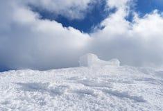 De winterlandschap met oud waarnemingscentrum in de bergen Stock Afbeeldingen