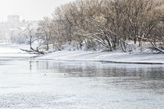 De winterlandschap met park en Moskou-Rivier, wijnoogst stock fotografie
