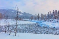 De winterlandschap met rivier en berg - skitoevlucht Royalty-vrije Stock Foto's