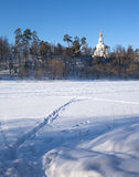 De winterlandschap met Russische kerk op heuvel Royalty-vrije Stock Afbeeldingen