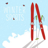 De winterlandschap met ski en silhouet van dorp Stock Afbeeldingen