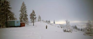 De winterlandschap met sneeuw behandelde caravans Stock Afbeeldingen