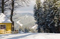De winterlandschap met sneeuw in een bergvallei Cabine in het Hout De Karpaten, de Oekraïne, Europa Royalty-vrije Stock Fotografie
