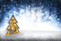 De winterlandschap met sneeuw wordt behandeld - dien hoogtepunt van sneeuw met ruimte voor uw productreclame die in Stock Foto
