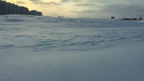 De winterlandschap met sneeuwafwijking Sneeuwwind in de winterstad De stad van het sneeuwonweer stock footage