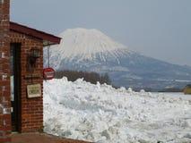 De winterlandschap met sneeuwvulkaan Royalty-vrije Stock Fotografie