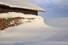 De winterlandschap met snowcapped houten hut stock foto