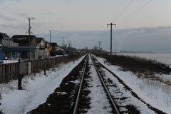 De winterlandschap met spoorweg in landelijk Japan Stock Afbeeldingen