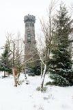 De winterlandschap met vooruitzichttoren die wordt behandeld royalty-vrije stock foto's