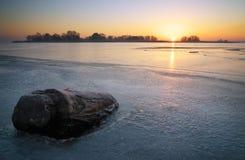De winterlandschap met winkelhaak, en zonsonderganghemel Royalty-vrije Stock Foto