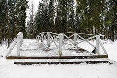 De winterlandschap met witte houten brug Royalty-vrije Stock Afbeeldingen