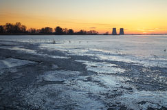 De winterlandschap met zonsondergang, bevroren meer Stock Afbeelding