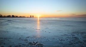 De winterlandschap met zonsondergang, bevroren meer Stock Foto