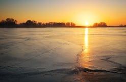 De winterlandschap met zonsonderganghemel Stock Foto's