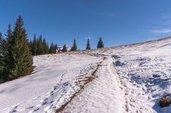 De winterlandschap op de bergopen plek Stock Afbeeldingen