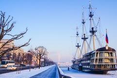 De winterlandschap op een ijzige dag In de winter heilige-Petersburg, mensengang bij de vesting Oude lantaarn in Petropavlovskaya royalty-vrije stock foto