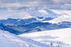 De winterlandschap over Karpatische Bergen Panorama van sneeuwmou Royalty-vrije Stock Foto