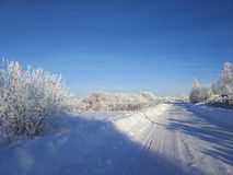 De winterlandschap in de Russische verre plaatsen vanaf bevolkte gebieden royalty-vrije stock afbeeldingen