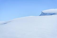 De winterlandschap in sneeuw behandelde bergen Royalty-vrije Stock Foto