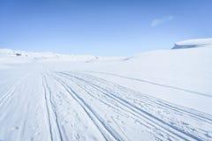 De winterlandschap in sneeuw behandelde bergen Stock Afbeeldingen